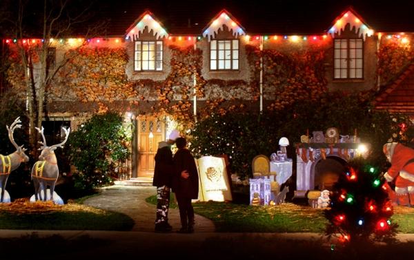 Palo Alto's 'Christmas Tree Lane' lights up | News | Palo Alto Online