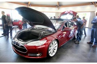 Tesla model s draws crowd to menlo park showroom news for Park avenue motors mercedes benz palo alto