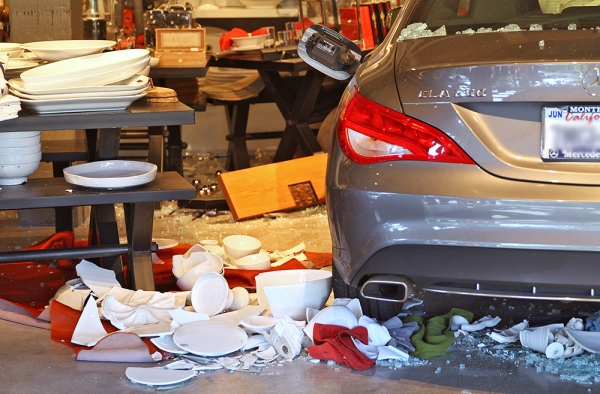 Car crashes into palo alto home decor store for Alto car decoration